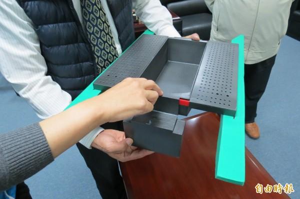 南投縣民陳志勇發明的折疊組合船,兩分半鐘內可組裝完成。(記者張協昇攝)