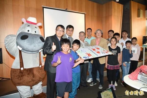 科丁聯盟推動台灣教育,聯合南台灣大專院校,免費教授20所國小學童,推展公益雙贏計畫回饋社會。(記者張忠義攝)