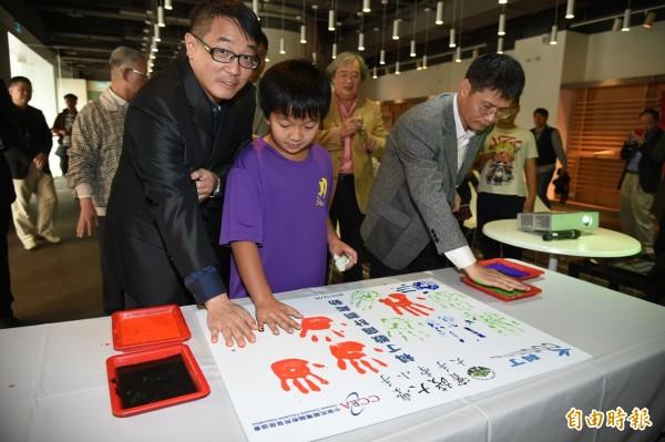 大手牽小手,科丁聯盟推動台灣教育,推展公益雙贏計畫回饋社會。(記者張忠義攝)