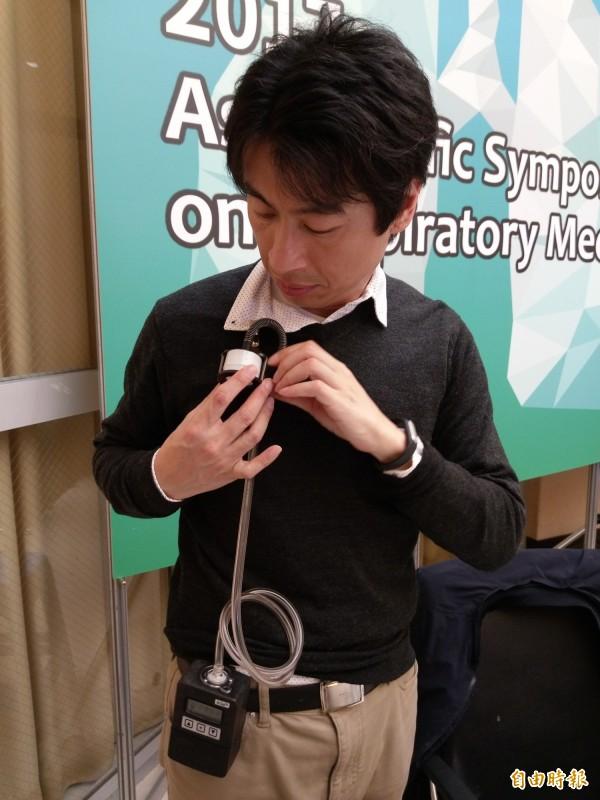 北醫大研究團隊利用穿戴式裝置,紀錄職場空氣品質狀況,再配合睡眠狀況,判定空汙對睡眠品質有高度影響。(記者吳亮儀攝)