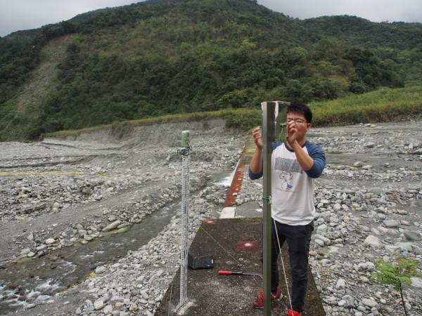 研究人員在花蓮紅葉溪集水區進行縮時攝影設備維護。(花蓮林管處提供)