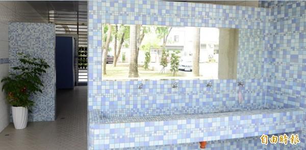 新市國中廁所融入教學場域,各樓層由師生以不同顏色馬賽克磚打造不同風格。(記者洪瑞琴攝)