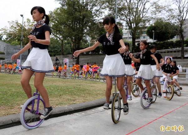 鳥松國小學童騎獨輪車接龍隊伍繞場。(記者黃旭磊攝)