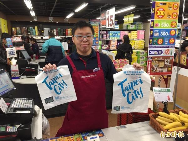 北市也隨中央同步新增「兩袋合一」規定,今起北市超商、超市及量販店,提供的購物用塑膠袋,只能是「環保兩用袋」。(記者周彥妤攝)