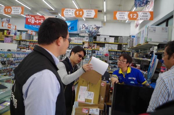 環保局稽查人員告知商家限塑新規,請店家配合。(記者林國賢攝)