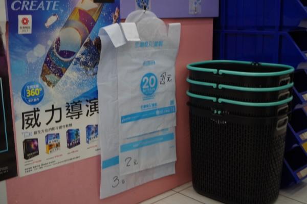限塑商店類別擴大,業者張貼購物袋售價。(記者林國賢攝)