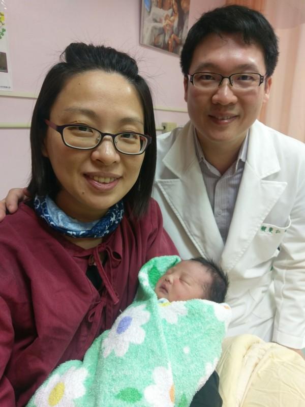 在台北榮總玉里分院服務的中醫師顏慶仁,替太太針灸減輕疼痛,順利誕生小寶寶。(台北榮總玉里分院提供)