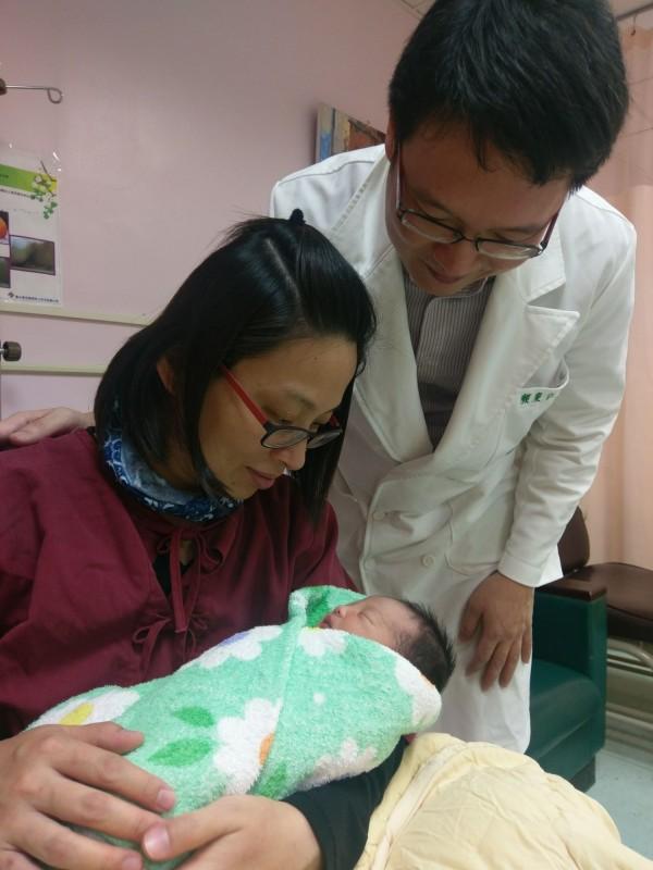 顏太太說,針灸真的有效,跟生第一胎比起來,疼痛範圍較小。(台北榮總玉里分院提供)