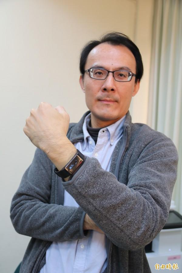 弘光科大老師施啟煌研發新智慧手環, 用雲端變出新功能。(記者張軒哲攝)