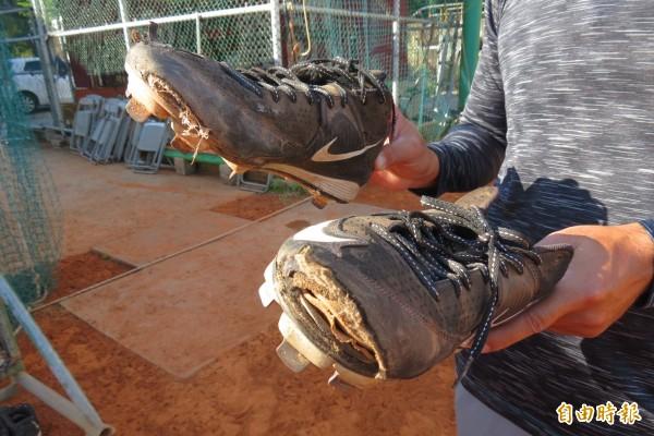 興大附農棒球隊員穿「開口笑」釘鞋克難練球。(記者蘇孟娟攝)