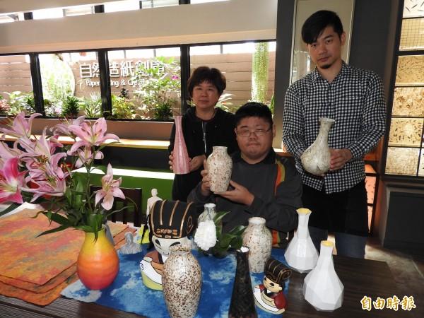埔里鎮廣興紙寮以3D列印結合傳統手工紙,研發防水紙花瓶。(記者佟振國攝)