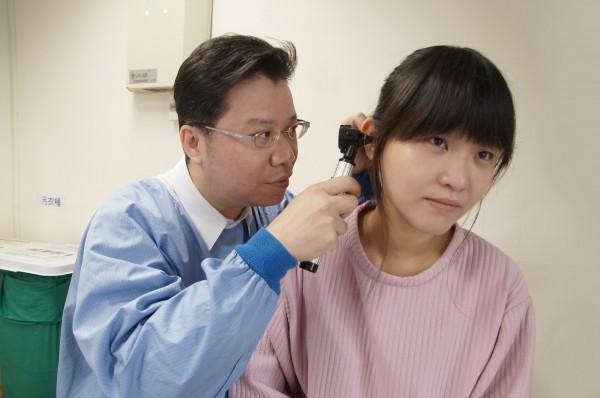 嘉義縣大林慈濟醫院耳鼻喉科醫師暨睡眠中心主任黃俊豪(左),研究發現年輕時有耳鳴症狀者,未來發生腦中風的機會大增,建議發現耳鳴問題,應盡速找專科醫師治療。(大林慈濟醫院提供)