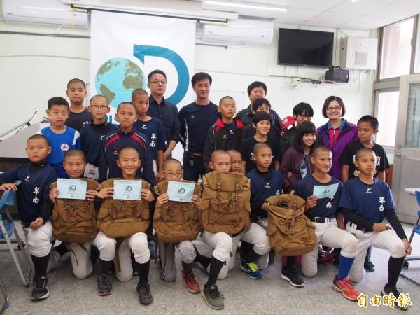卑南國小棒球隊、柔道隊獲贈戶外後背包。(記者王秀亭攝)