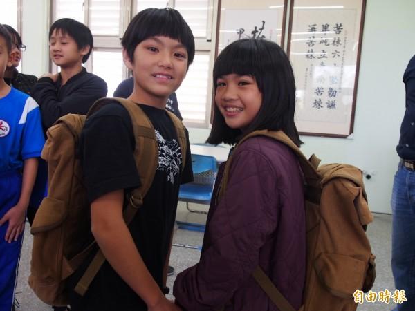 柔道隊的學生開心試背後背包。(記者王秀亭攝)