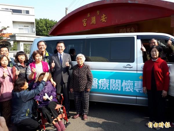 新竹市首推醫療關懷專車8日上路,提供南寮六個里和香山兩個里共8個里的60歲以上長輩,免費接駁到市區5家醫院。(記者洪美秀攝)