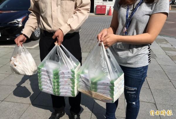 便當、小吃店、攤販不在限塑行列,店家可提供購物用塑袋。(記者蔡淑媛攝)