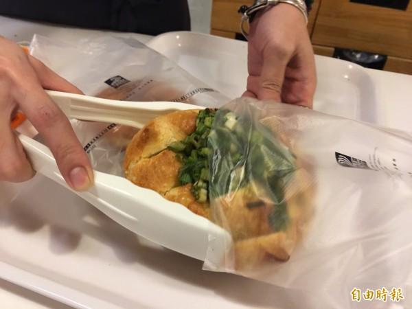 直接盛裝麵包等生鮮、食品的內包裝塑袋,因衛生考量不在限塑範圍,可免費提供。(記者蔡淑媛攝)