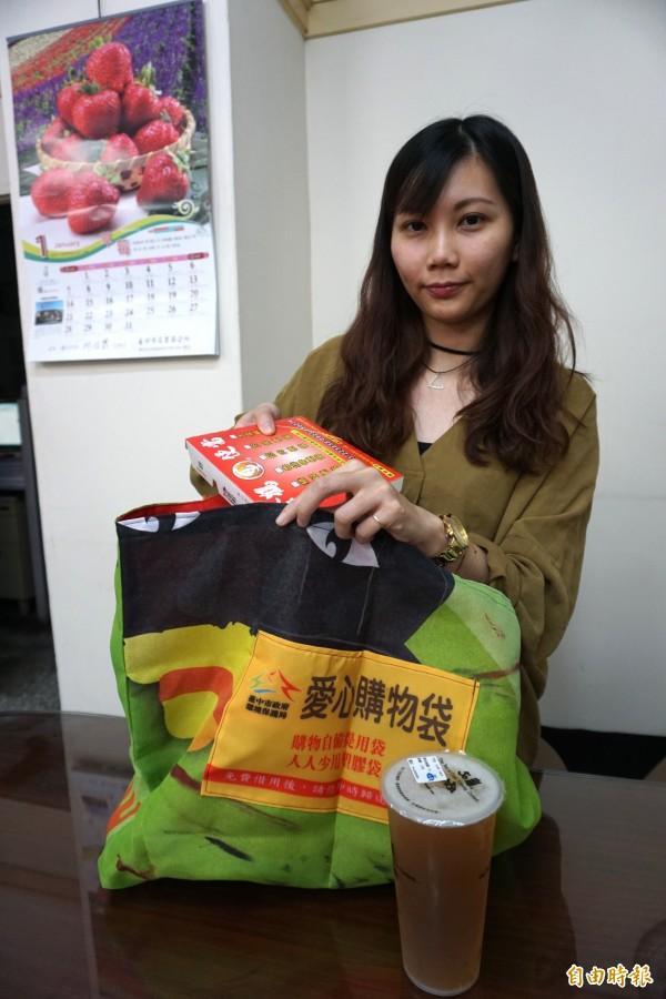 雖然便當不在限塑行列,民眾仍自備購物袋買便當和飲料。(記者蔡淑媛攝)