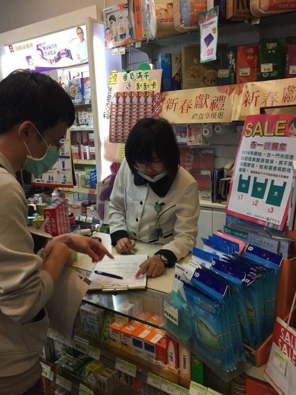 藥粧店、藥局為新增限塑管制對象,不能提供手提購物塑袋,但可供盛裝藥品的袋子或寫有用藥須知的藥袋。(記者蔡淑媛翻攝)
