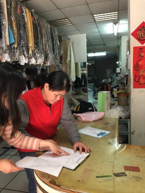 洗衣店可提供與衣服直接接觸的防塵包裝袋,但不提供手提購物塑袋。(記者蔡淑媛翻攝)