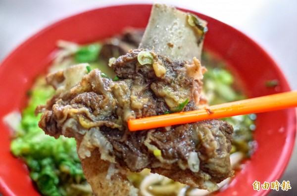 孫叔叔牛肉麵的帶骨牛肉塊,一邊吃肉還能吸排骨骨髓,特別過癮。(記者花孟璟攝)