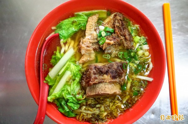 孫叔叔牛肉麵湯頭清甜好吃,一碗100元料多實在。(記者花孟璟攝)
