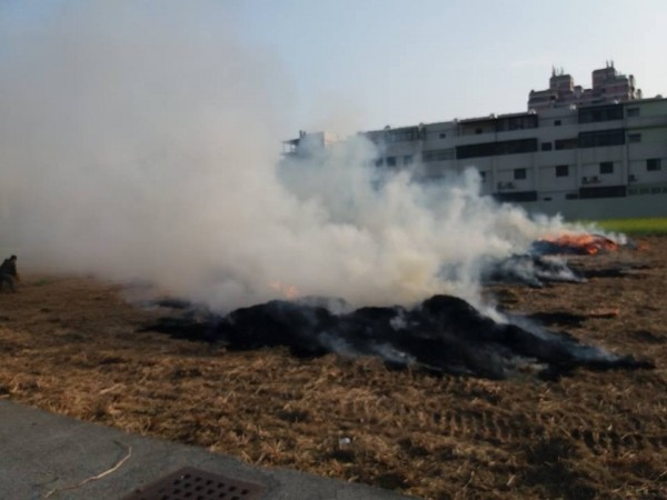 嘉義縣環保局的稻草迷宮,燃燒時濃煙密佈。(取自臉書「嘉義縣朴子市!」)
