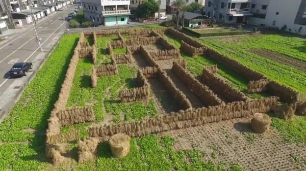 嘉義縣環保局去年底舉辦稻草迷宮活動,宣導勿露天燃燒。(記者林宜樟翻攝)