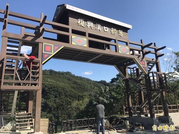 新溪口吊橋連接角板山與溪口部落。(記者李容萍攝)
