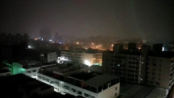 彰化市今天凌晨瀰漫在夾雜著霧氣的髒空氣當中,民眾直呼:「恐怖!」(柯姓民眾提供)
