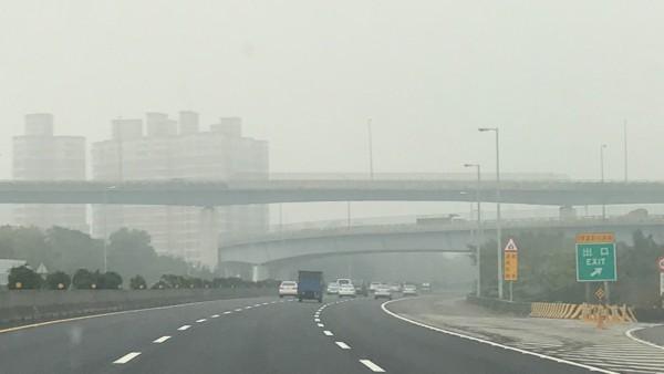 中部地區今天清晨霧氣夾雜著髒空氣,用路人直呼:「恐怖!」(記者湯世名翻攝)