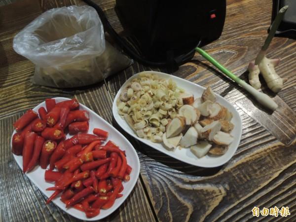 「梵泰蔬食」主推咖哩,咖哩醬完全用新鮮食材、手工自製而成,圖為紅咖哩食材。(記者廖雪茹攝)