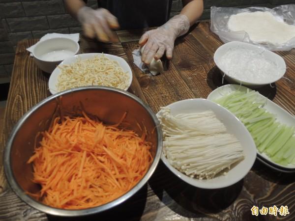 點菜率高的春捲,餡料有生的紅蘿蔔絲、豆絲、金針菇、西洋芹和冬粉等食材,油炸而成。(記者廖雪茹攝)