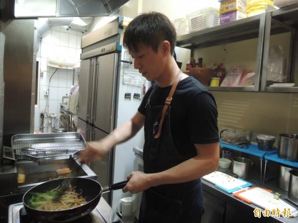 張世杰現炒泰式炒細粉條,以豆乾、蘿蔔乾等豐富食材和蕃茄醬佐料,來取代葷食的蝦米和碎豬肉。(記者廖雪茹攝)