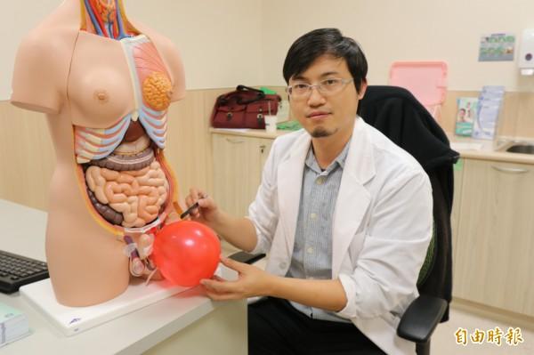 男子得三年疝氣不好意思治,直到陰囊腫得像籃球、走路如同包尿布才就醫(記者蘇金鳳攝)