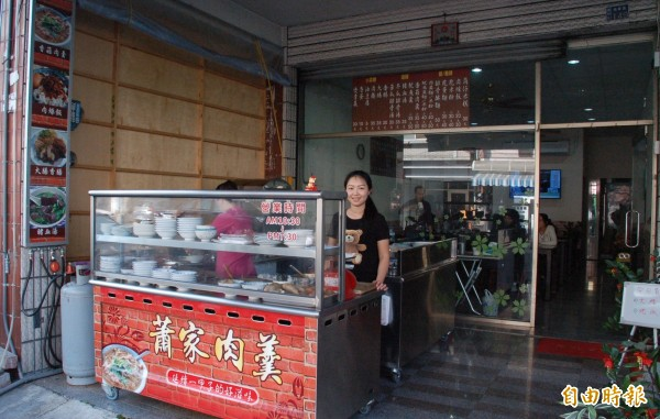 位於潮州鎮朝昇路的「蕭家肉羹」,老板娘蕭愛慈是第3代經營者。(記者李立法攝)
