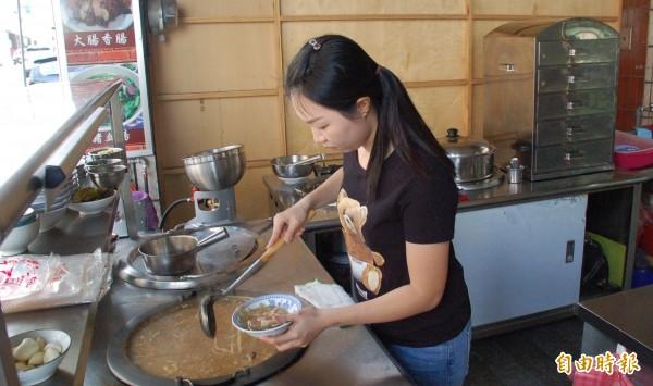 位於潮州鎮朝昇路的「蕭家肉羹」是從早期新山戲院老店延續而來,老板娘蕭愛慈是第3代經營者。(記者李立法攝)