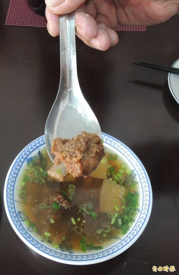 蕭家肉羹不僅肉羹好吃,排骨酥湯也別具風味。(記者李立法攝)