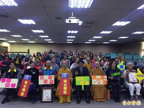 今年有45個團體響應屏東縣政府歳末送暖。(記者羅欣貞攝)