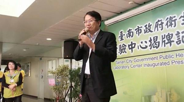 颜纯左参加卫生局检验中心揭牌,提出毒品及食品检验的建言。(记者邱灏唐翻摄)