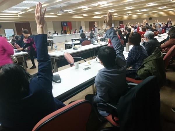 政治大學今天召開校務會議,提案討論「外語畢業標準檢定辦法」,希望廢止英語門檻箝制,最後經投票表決,47票同意、7票反對,正式廢除外語門檻。(圖取自臉書)