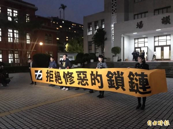 下午5時40分左右,時代力量5名立委步出議場發表聲明。(記者蘇芳禾攝)