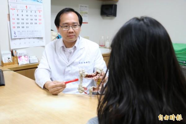 羅東博愛醫院大腸直腸外科主任余盈輝提醒,家族遺傳也是腸癌主因,提醒家族中有罹癌者應提高警覺。(記者張議晨翻攝)