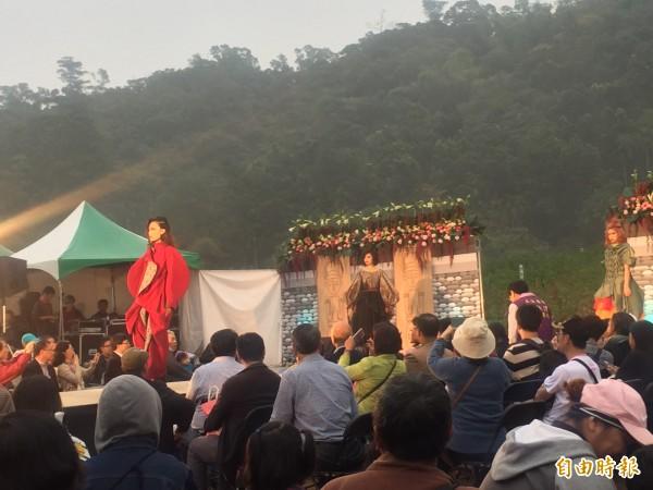 在山腳下的紅藜田欣賞時裝秀別有一番滋味,遊客很捧場。(記者羅欣貞攝)
