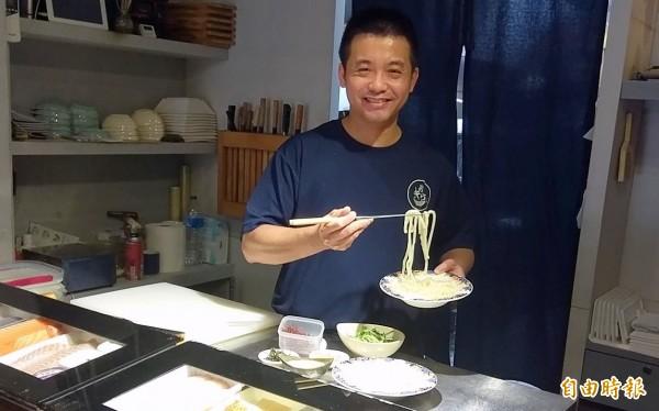 南投市「昭割烹」日本料理店廚師陳秉逸料理胡麻烏龍麵情形。(記者謝介裕攝)