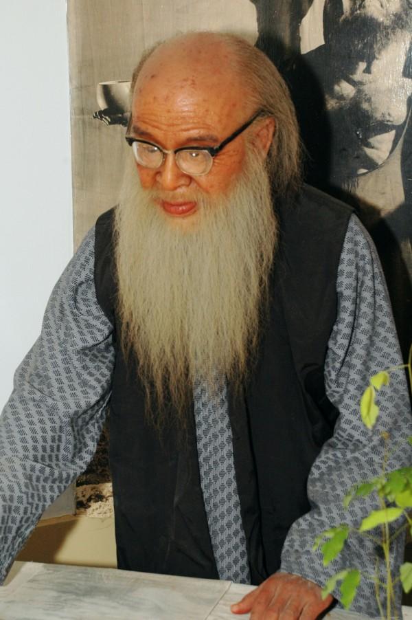 藝術家林健成製作的張大千蠟像,毛髮都是一根根「種上去」,肌理、色澤常人體態,十分逼真。(新竹縣政府提供)
