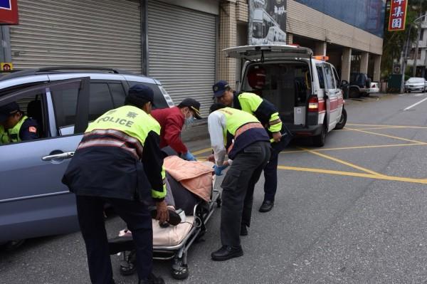 花蓮新城警分局在路邊執行特種勤務,其中2名警員發現王姓男子駕車有異狀趨前了解,趕快叫救護車協助送醫。(新城警分局提供)