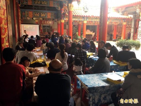 重回村廟論壇在海尾朝皇宮舉行,倡議大廟成為在地文化學習教室,鄉親參與熱烈。(記者蔡文居攝)