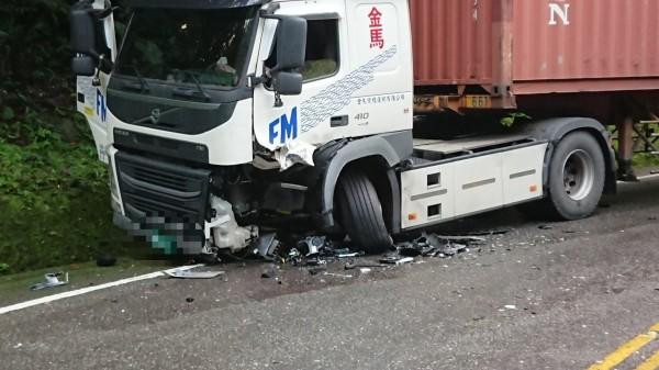 蘇花公路128.3公里處今早一輛轎車與拖車對撞。(記者張議晨翻攝)