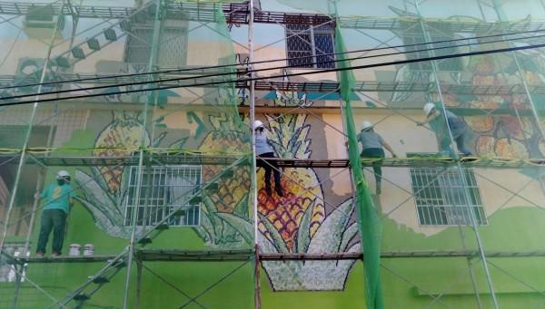 大學生在半空中作畫,膽戰心驚。(記者蔡清華翻攝)